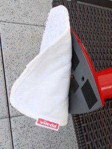 Abnehmbares Microfasertuch am Vileda 100°C Hot Spray: Das dreieckige Tuch lässt sich einfach unter den Wischer klemmen – Klettband sorgt für stabilen Halt. - Teserin Kamima