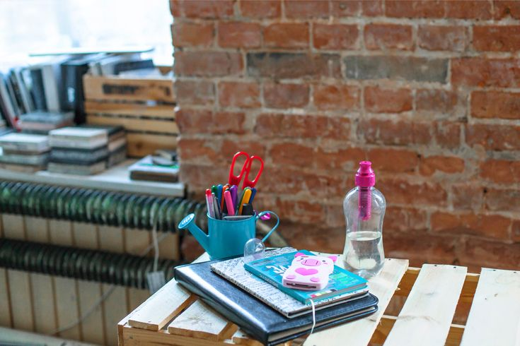 workspace, office, desk, workplace, workshop, bobble pinkflamingo, chair, interior, interior design, bricks, wall, photo: Zenja blog