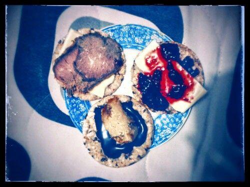 Rice cookies with: Almond cheese & roastbeef - cheese & berry Jam - PB & chocolate- Galletas de arroz soplado con: Roastbeef y queso de almendras - Cuajada y mermelada de frutos rojos - Mantequilla de maní y chocolate Hersheys sin azucar.