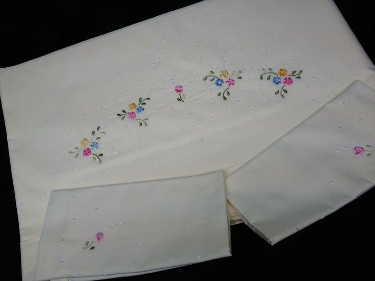 Lençóis bordados à mão em Portugal. Hand embroidery sheets in Portugal. Feuilles de broderie à la main au Portugal