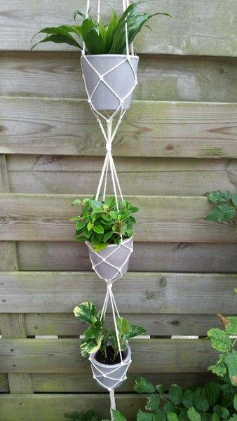 GEKNOOPTE PLANTENHANGERvan Macramegaren!  Vanmorgen werd ik geinspireerd dooreen leuk en duidelijk filmpje via Facebook https://www.facebook.com/buzzfeednifty/?pnref=storyom een Plantenhanger te kno