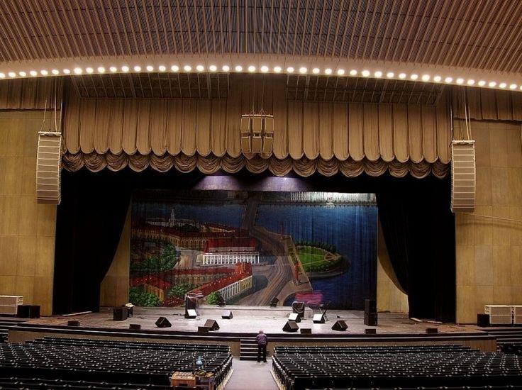 БКЗ «Октябрьский» https://zalservice.ru/zaly-mira/zal-oktyabrskiy/  Популярный как в стране, так и в самом городе, петербуржский концертный зал «Октябрский» был открыт к юбилею революции, и вмещает 3727 зрителей, 1043 из которых размещаются на большом балконе...