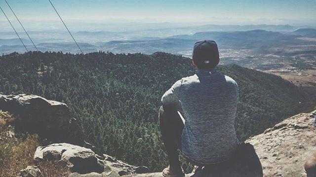 Corre por tu vida y felicidad, sin miedo a caer o a tropezar Poema de ánimo y aliento. Corre por tu vida y felicidad, sin miedo a caer o a tropezar Ver a mayor tamaño No soy un perdedor, aunque a veces he caído... Si caigo, me levanto; si me equivoco, aprendo; me arriesgo aunque falle; me han herido pero estoy vivo.  Y no por eso soy un perdedor. Soy humano, pero no perfecto. Perdedor es el que no cae porque no se arriesga, el que no se equivoca porque no se atreve, el que no ama, el que no…