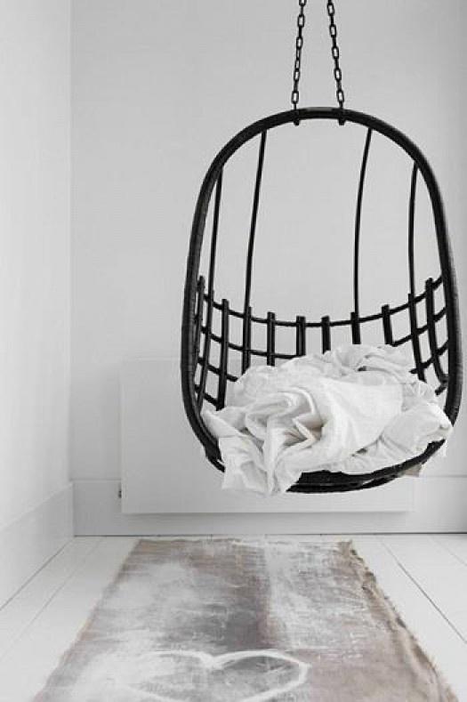 interior - wit interieur - hanging chair - zwarte hangstoel