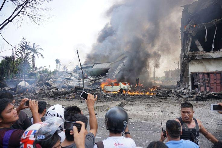 インドネシア・スマトラ島、メダンの住宅地に墜落したインドネシア軍の輸送機ハーキュリーズの残がい(2015年6月30日撮影)。(c)AFP/Muhammad ZULFAN DALIMUNTHE ▼30Jun2015AFP|住宅街に軍輸送機墜落、死者110人超の恐れ インドネシア http://www.afpbb.com/articles/-/3053212