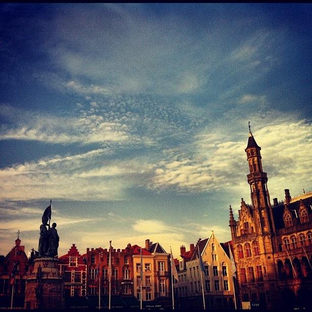 Brugge staat vol fraaie stokoude gebouwen die in de tekeningen van Anton Pieck lijken voor te komen #autumn #brugge #beautiful #cute #sunshine #sky #clouds - @marcel_tettero- #webstagram