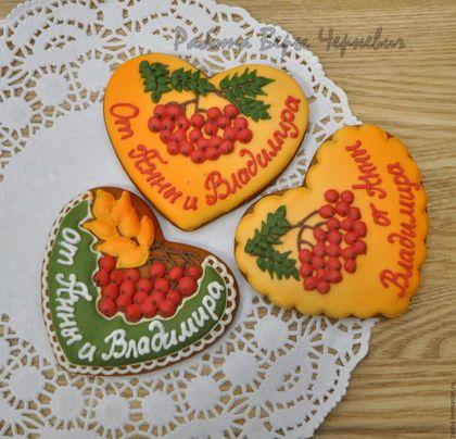 Купить или заказать 'Осенняя рябина' пряники-подарки гостям на свадьбу в интернет-магазине на Ярмарке Мастеров. Яркие осенние сердечки были выполнены для осенней рябиновой свадьбы. Вкусные и ароматные прянички станут необычным подарком для гостей на вашей свадьбе. Они могут быть сделаны в любой тематике, как классические сердечки, так и оригинальные пряники в соответствии с темой и цветовой гаммой Вашей свадьбы. Все прянички упакованы в прозрачные пакетики, с кружевной бумажной салфеткой…
