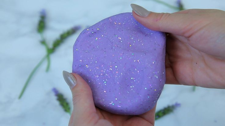 http://hellogiggles.com/anti-stress-lavender-putty/ ET TRADUCTION: https://translate.google.fr/translate?sl=en&tl=fr&js=y&prev=_t&hl=fr&ie=UTF-8&u=http%3A%2F%2Fhellogiggles.com%2Fanti-stress-lavender-putty%2F&edit-text=&act=url