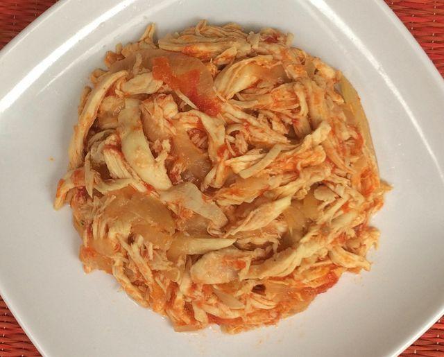 Elabora fácilmente este sencillo guisado de pollo con jitomate y cebolla para comerlo solo o usar en tacos, tortas, enchiladas, tostadas o empanadas.