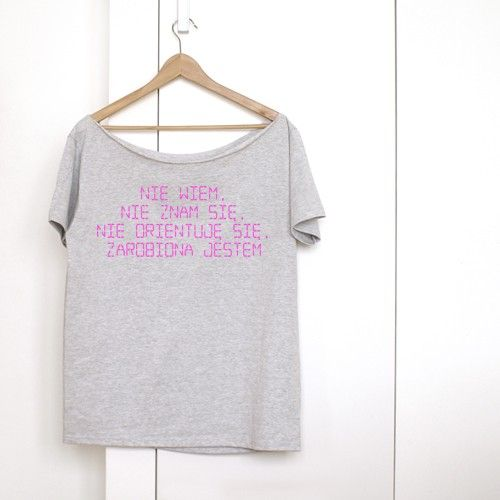 Nie wiem, nie znam się, nie orientuję się, zarobiony jestem - cytat z kultowego Bruneta wieczorową porą Stanisława Barei z 1976 roku. Dla Pań. Wersja fluorescencyjna - silny różowy, trudno oddać ten kolor na zdjęciach - napis ze specjalnej różowej folii. Jeden rozmiar uniwersalny. Oversize. Koszulka z grafiką z projektu ONE MUG A DAY. Koszulka, 100% bawełny, luźna, krótkie rękawki. Surowe, cięte wykończenie dekoltu. Jeden rozmiar, długość: 67cm, szerokość pod pachami: 54cm, szerokość ...