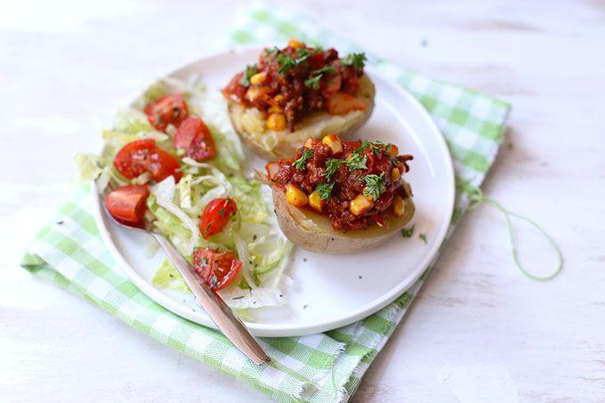 Poffen jullie wel eens aardappels? Deze gepofte aardappels met Mexicaans gehakt zijn super lekker en als je een magnetron hebt ook nog eens snel klaar!