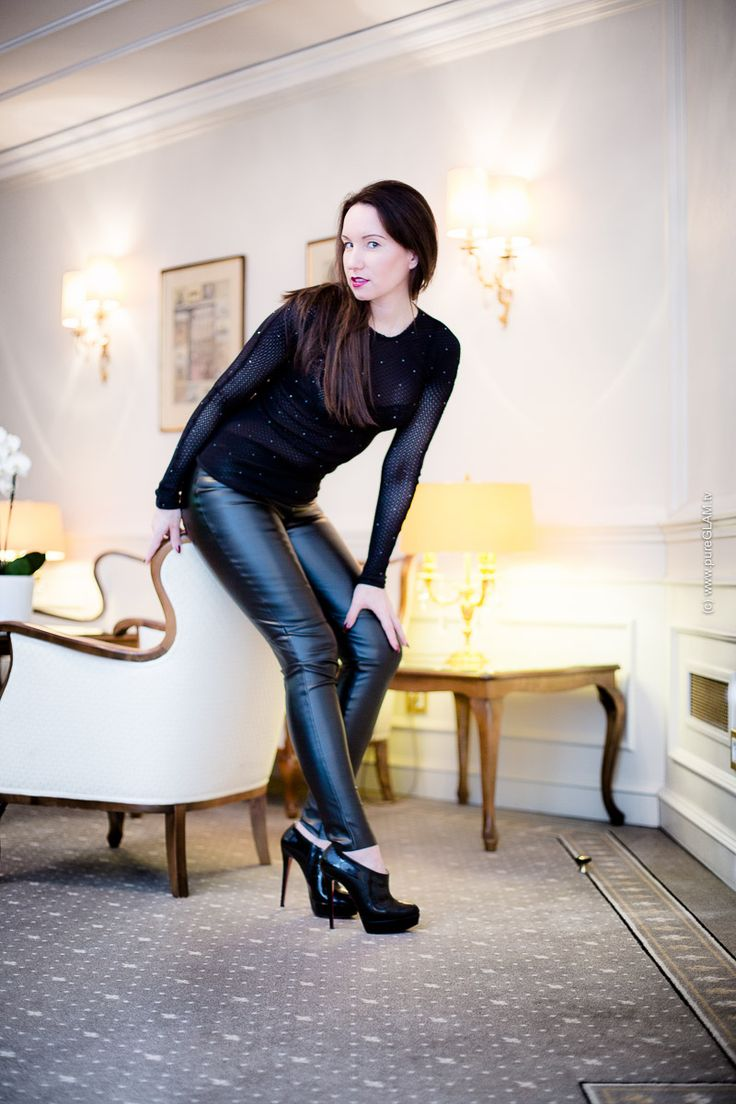 Lederhose und transparentes Wolford Strass Top - Fashion Blog Berlin - Berliner Modebloggerin - Fashionweek - Christian Louboutin Booties - Beauty-Styling - Abendlook - Snapchatter