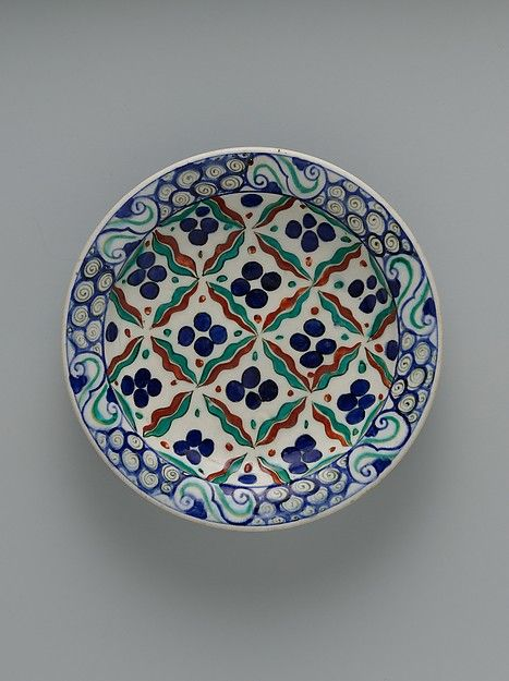 Dish_Iznik_1575-90_Chintamani_Auspicious jewel pattern originated in Buddhist iconography (flaming pearls)_transformed through their association with tiger stripes and leopard spots_symbols connoting strength and courage