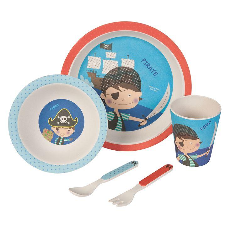 Unser Bambus Geschirrset mit niedlichem Piraten Motiv zaubert jedem Kind ein Lächeln ins Gesicht. Das farbenfrohe und kindgerechte Design verwandelt jedes Essen in ein Abenteuer. Dank seiner ergonomischen Form und seiner guten Haptik ist es wunderbar für kleine Kinderhände geeignet. Das Set besteht aus 5 Teilen und beinhaltet einen Teller, eine Schale, einen Becher sowie eine Gabel und einen Löffel. Das Geschirr ist lebensmittelecht, frei von BPA und kann bei Bedarf sogar in die Spülmaschine…