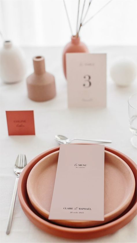 The minimalist has never been so trendy in the world of Wedding! For a simple, uncluttered wedding table, discover our model ...