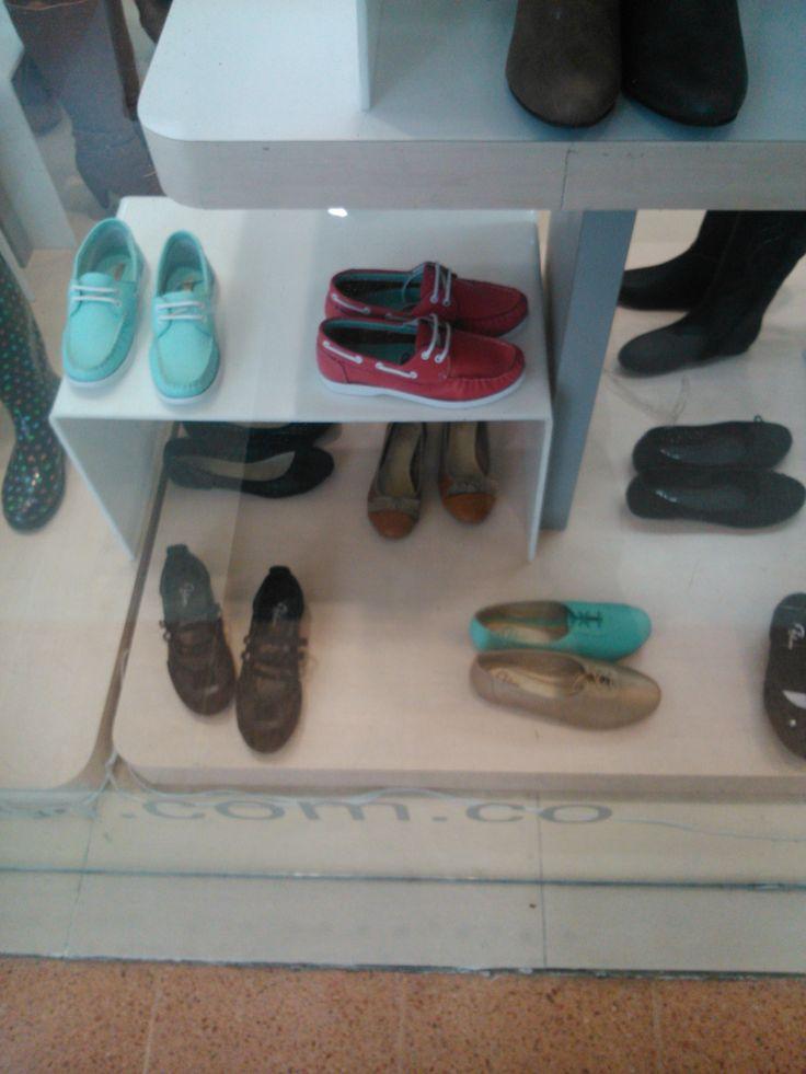 Colores de moda en zapatos clásicos.