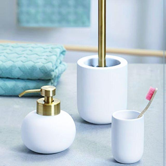 På tide å freshe opp badet? Dinevakreting.no har lekre såpedispensere, dobørster og tannbørsteglass fra Mette Ditmer. Også i svart. #baderomstilbehør #baderomsinspo #baderom #bathroom #bathroominterior #metteditmer #dansk #danskdesign #dobørste #såpedispenser #tannbørstekrus #interiørtips #interiordetails
