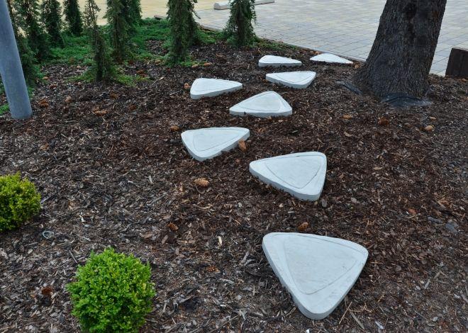 Oproti tradičním šlapákům mají dlažebné kameny ELIP pravidený tvar se specifickým reliéfem na povrchu.