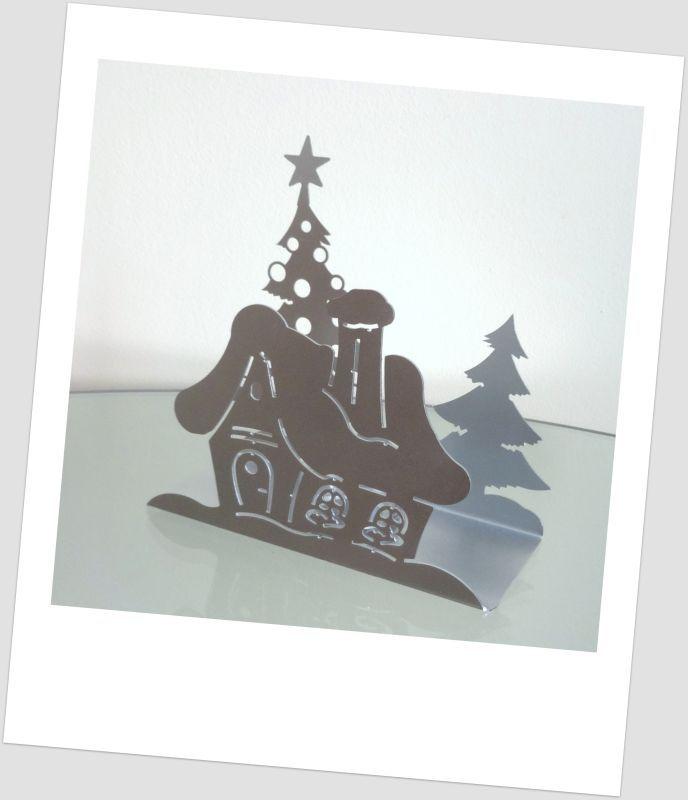 www.abgHomeArt.pl Nowoczesny metalowy świecznik w kształcie ośnieżonego domku z choinkami z szklanym przeźroczystym pojemnikiem na świeczkę typu tealight.    Stylowy i ciekawy wzór sprawia, że świecznik będzie niebanalnym elementem dekoracyjnym każdego nowoczesnego wnętrza oraz idealnym prezentem dla osób ceniących nietypowe dodatki do wnętrz.