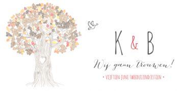 Hippe trouwkaart voor als u in de herfst gaat trouwen met grote getekende boom in herfstbladeren en duifjes.