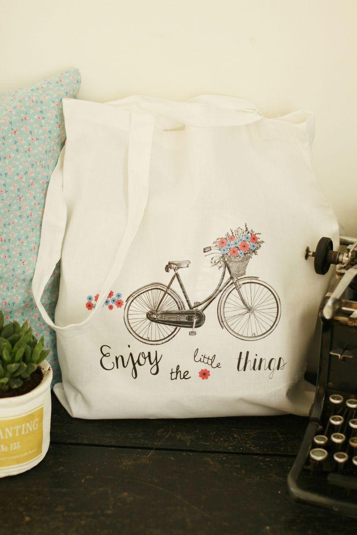 Demain, c'est la reprise alors pour garder encore un orteil dans les vacances et les journées sans contraintes, j'ai personnalisé un nouveau tote bag. Cette fois-ci, j'ai opté pour un dessin de vélo rétro (on s'y est remis cet été) auquel j'ai ajouté...