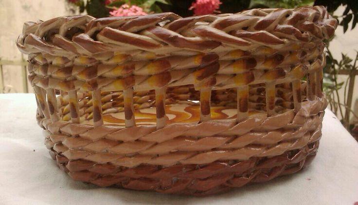 Cesta de peri dico cesteria en papel periodico pinterest - Cestas de periodico ...