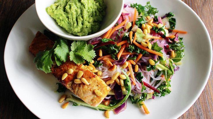 Laks med nudelsalat og hjemmelaget guacamole