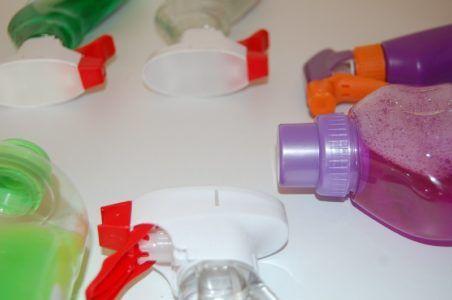 Chemia BHP jest jednym z produktów zwiększających bezpieczeństwo pracownika. O ile odzież ochronna i robocza mają znaczenie podczas wykonywania obowiązków, o tyle chemia jest przydatna po pracy. Dzięki niej można doczyścić te części ciała, które były narażone na kontakt z brudem lub bakteriami. Obowiązki pracodawcy Pracodawca ma obowiązek zapewnić pracownikowi środki higieniczne. Szczegółowo określa to …