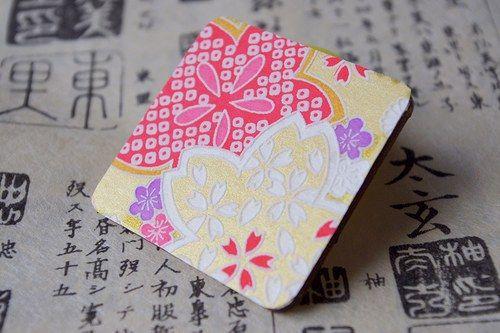 """Dáma z Orientu """"Květy"""" - exkluzivní dřevěná brož s japonským papírem Chiyogami / Orient Lady """"Flowers"""" - an exclusive wooden brooch decorated with traditional Japanese paper Chiyogami"""