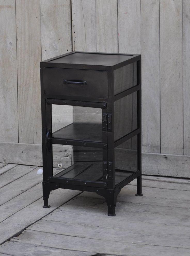 Litet vitrinskåp eller sängbord av metall.  Bredd/Höjd/Djup: 36/76/36 cm