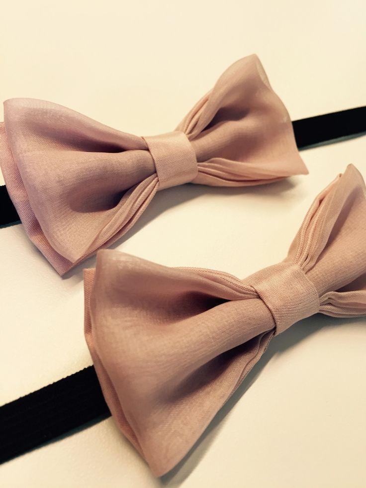 papillon doppio fiocco per due paggetti di 4 anni. Colore: rosa cipria. Materiale: taffetà di seta ed organza. 100% cucito a mano