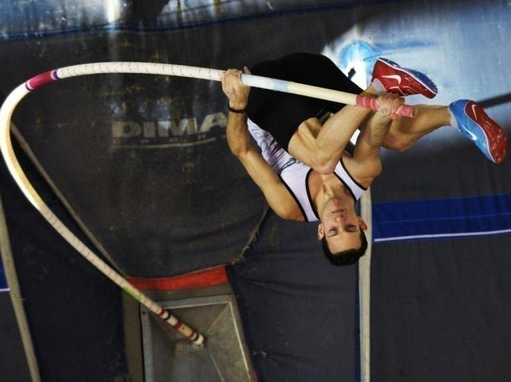 Diapo sport - Renaud Lavillenie passe 5,93 m lors des championnats de France Élite en salle d'Aubière, le 17 février.