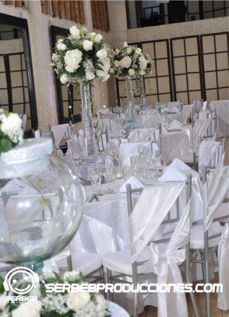 En esta boda todo se decoro con blanco, el color morado se coloco en el agua de los centros de mesa.