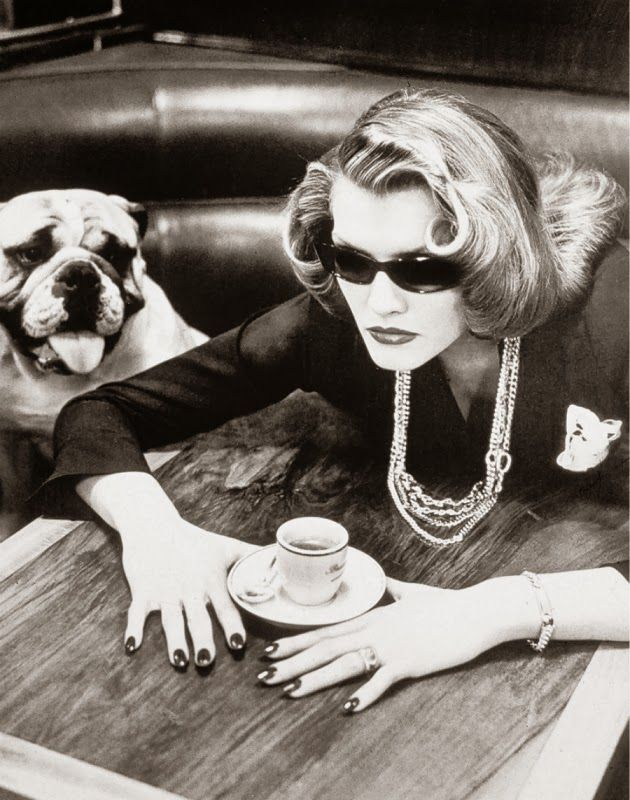 Photo by Helmut Newton, 1982. S)