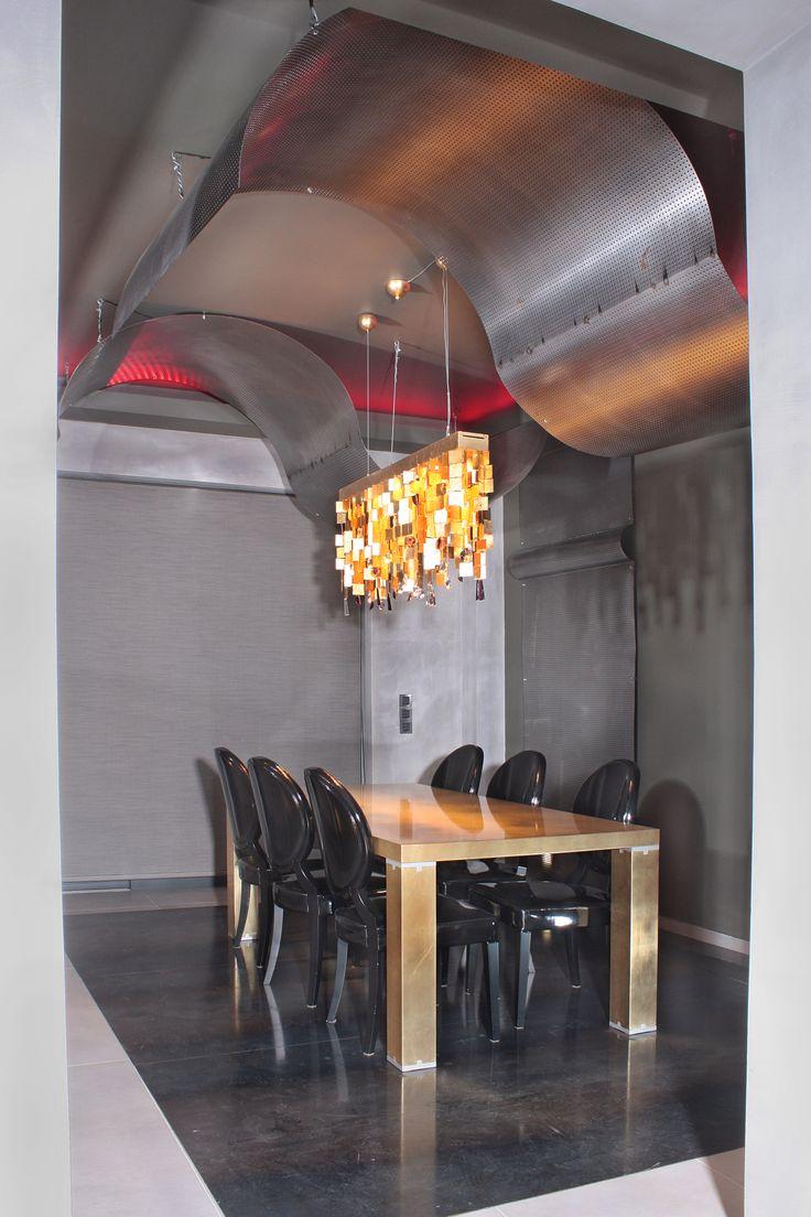 Τραπεζαρία με άποψη από μέταλο και ξύλο
