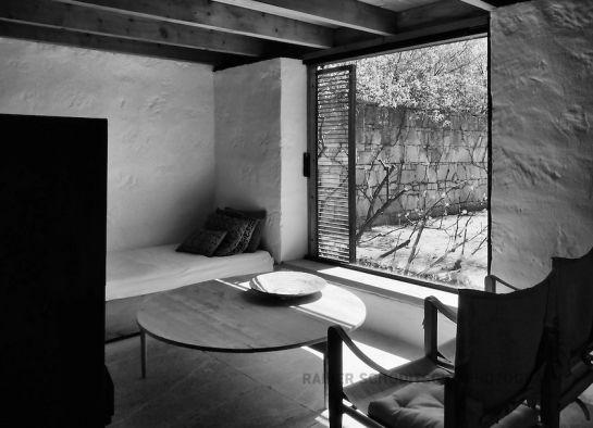 sentar à porta | janela