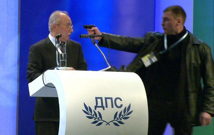 Bulgaria, Sofia: un uomo punta la pistola alle tempie di Ahmed Dogan, leader del movimento per i diritti e la liberta delle minoranze turche