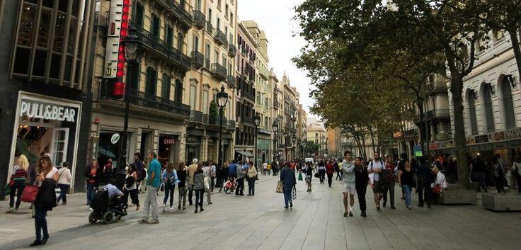 Oneindig shoppen voor de laagste prijzen met de beste merken doe je in Barcelona onder andere bij de outlet winkels op Carrer Girona ter hoogte van de Gran Via, in de winkels rondom Plaça Universitat en in l'Eixample bij Carrer Aribau en Carrer Balmes. Hieronder heb ik een lijst met de meest populaire outlet adressen in Barcelona.