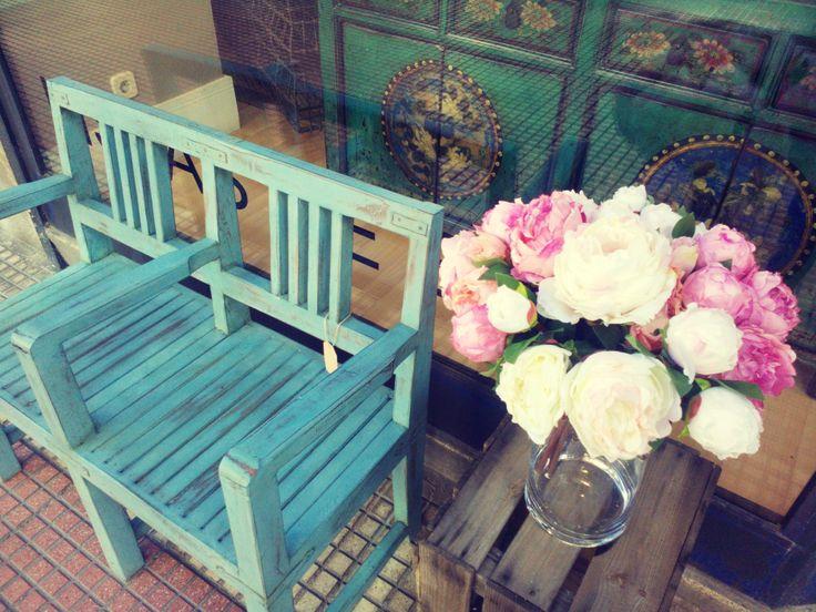 Colores vivos y flores para el exterior,  ¡ven a visitarnos!