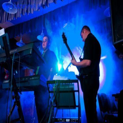 Zapewniamy obsługę muzyczną różnego rodzaju imprez występując w składzie 5 osobowym: gitara solowa, gitara basowa, instrumenty klawiszowe, perkusja, trąbka oraz dwa męskie wokale. Naszym atutem jest wieloletnie doświadczenie i boga
