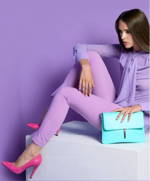 Сиреневая юбка, бирюзовая блузка, розовые босоножки