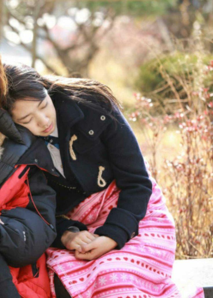ADORABLE: Behind the scenes photos of sleepy Heirs cast