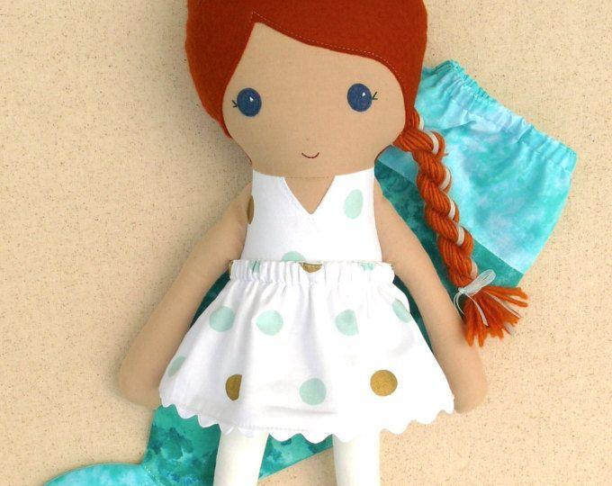 Chica de pelo rojo con lunares blancos, oro y Aqua puntos vestido con cola de sirena de la muñeca de trapo de muñeca de tela