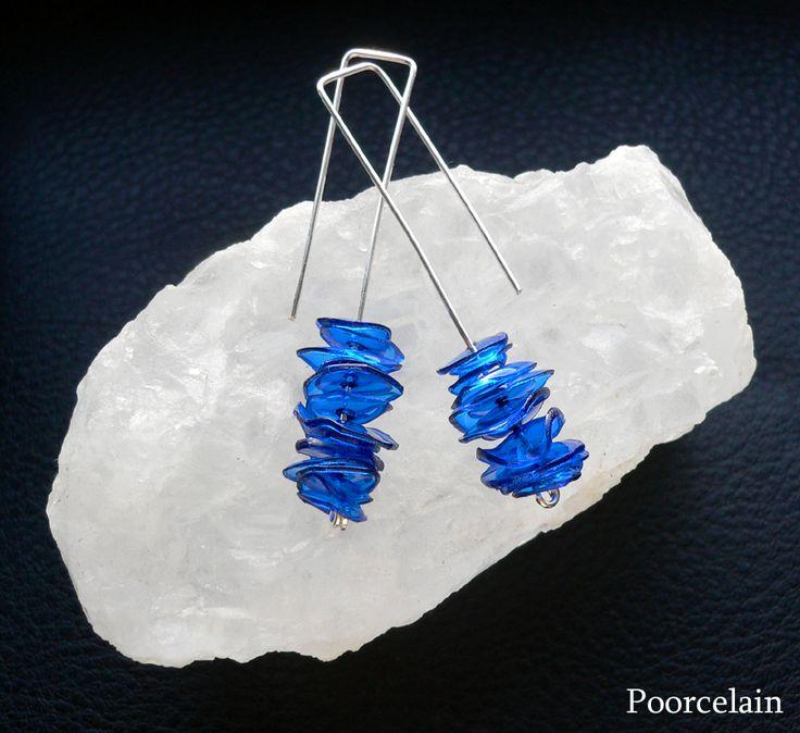 Long Blue Veil Výrazně modré, dlouhé náušnice z nádherně modrých plastových plátků a postříbřených háčků Délka náušnic je cca 5 cm Konkrétně tento pár je již prodán. Ráda Vám ale udělám další takové ;o)