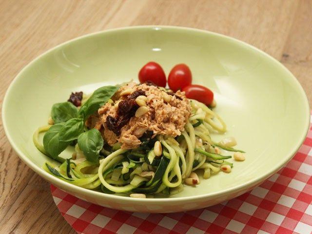 Recept voor doordeweeks: spagetti van courgette (aka courgetti) met een saus van tonijn en rode pesto. Lekker makkelijk en enorm gezond! Op eethetbeter.nl.