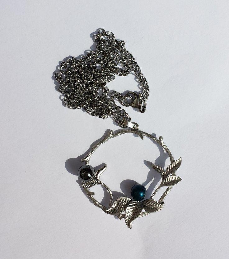 Pendente colore argento anticato matte disegno floreale, con ematite e perla Swarovski petrolio, catenina in acciaio, by Barbara Creations, 14,50 € su misshobby.com