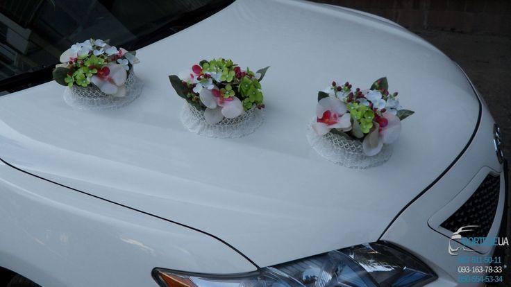 """Комплект украшений для оформления свадебного автомобиля 17 """" Корзинки с орхидеями"""" Комплект украшений состоит из: 3 корзинки на капот, корзинка на багажник, 4 бутоньерки на двери, кольца на крышу. Разделив комплект можно украсить два автомобиля. Аренда, заказ , прокат автомобиля Тойота Камри Гибрид белого цвета на Вашу свадьбу, венчание, годовщину, романтическое свидание, юбилей, выпускной вечер. Николаев, Херсон"""