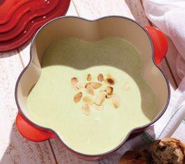 そら豆を贅沢に使った、濃厚でとても飲みやすい冷製スープ。トッピングにはアーモンドで食感をプラスして。 材料(4人分/ココット・フルール使用) そら豆(さやから外したもの) 50粒(400g) 玉ねぎ 1/2個 バター 2...
