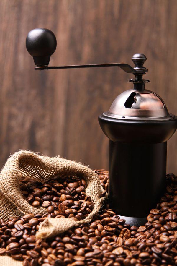 """Des grains de café à moudre ... préparation bientôt prête ... quel """"bouquet"""" cet arabica !"""