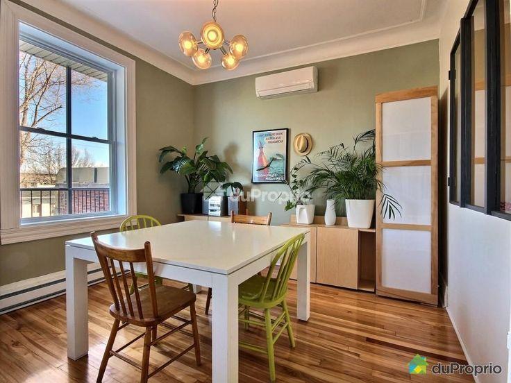 Salle à manger avec de beaux volumes et ouverte sur la cuisine